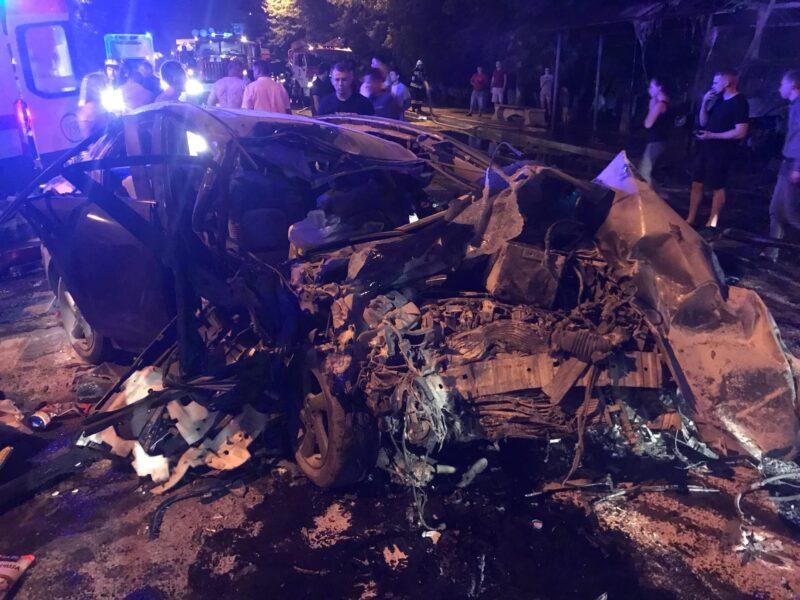 В Твери в серьезной аварии сгорел автомобиль и остановка общественного транспорта
