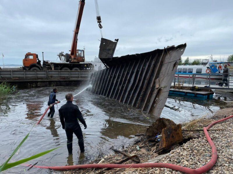 В Тверской области водолазы подняли 35-метровую баржу со дна озера