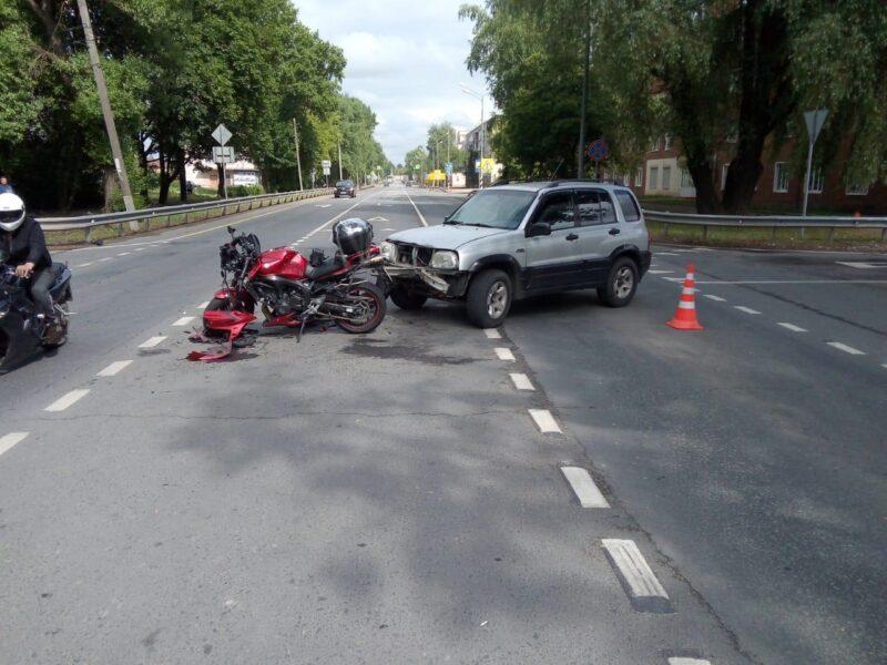В Тверской области столкнулись мотоцикл и внедорожник