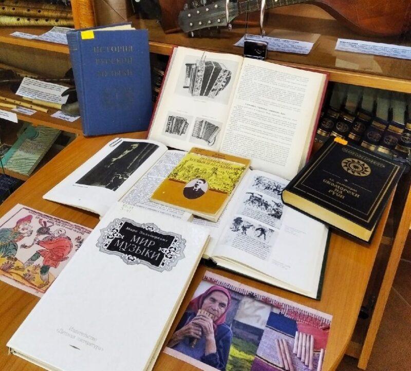 """В тверской библиотеке Герцена открылась выставка """"А музыка звучит"""""""