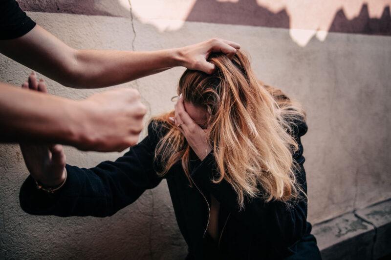В Тверской области на фоне конфликта мужчина ударил женщину
