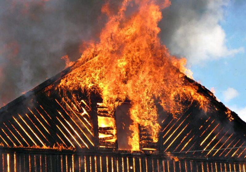В Твери до тла сгорел частный дом на две семьи
