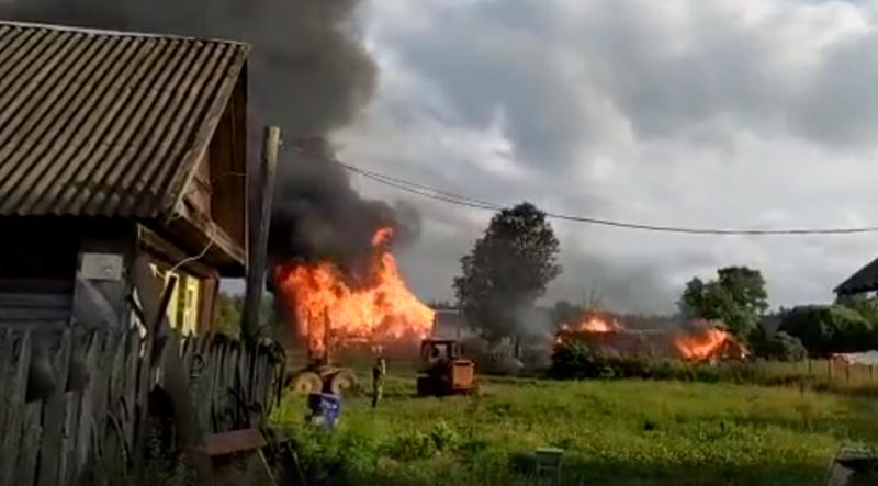 В Тверской области несколько часов тушили два горящих дома