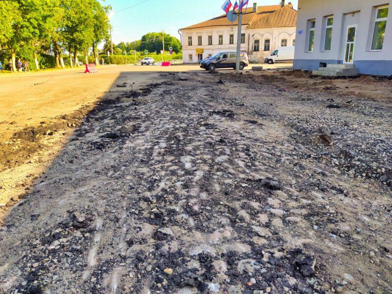 В древнем городе Тверской области нашли старинную мостовую