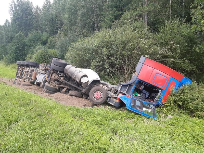 В Тверской области из-за лопнувшего колеса большегруз оказался в кювете