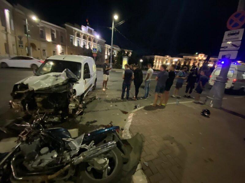 В центре Твери автомобиль и мотоцикл не поделили дорогу