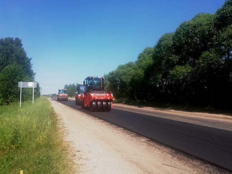 Новый асфальт укладывают на автодороге Торжок – Высокое – Берново – Старица