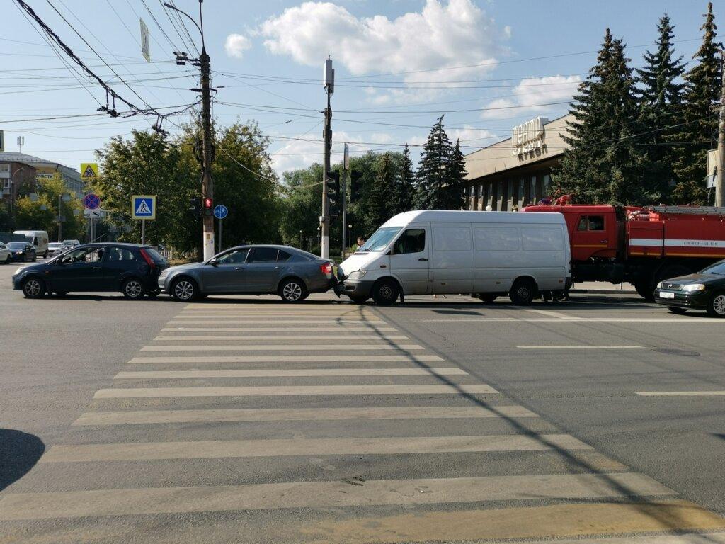 """В Твери """"паровозик"""" из машин стал причиной пробки"""