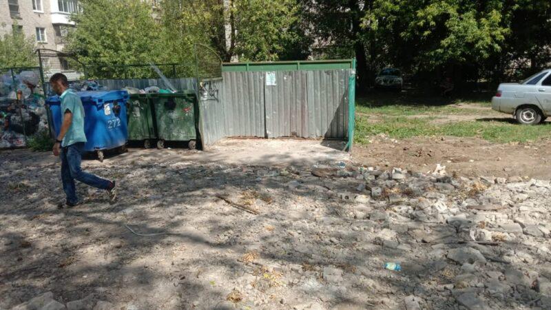 В Твери проверили безопасность детской площадки и разобрались с вывозом мусора