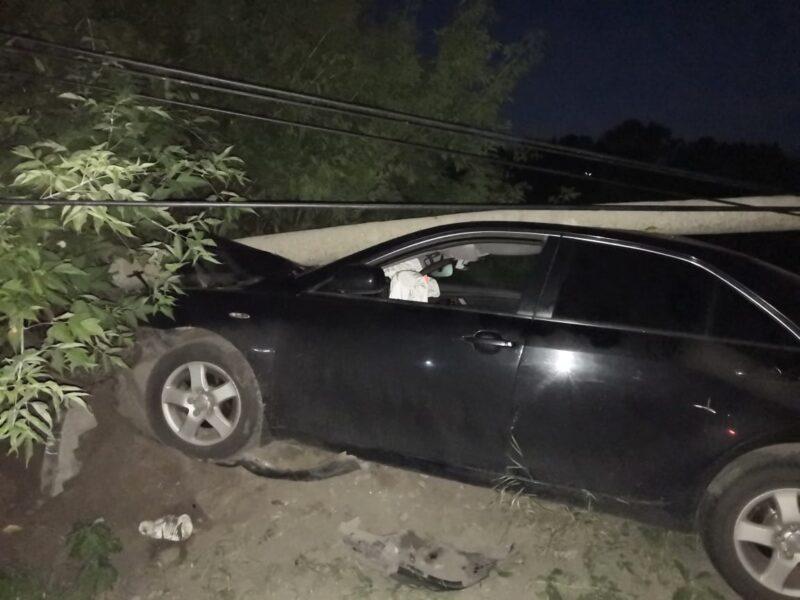 В Твери нетрезвая женщина на Тойоте проломила фонарный столб