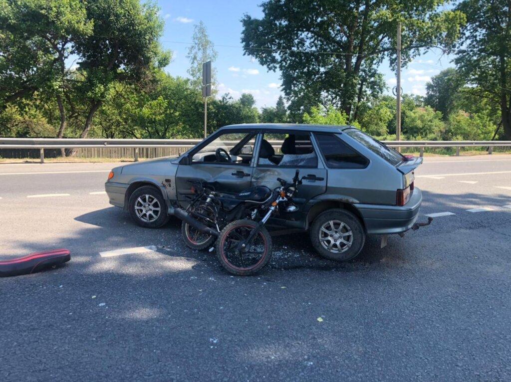 Солидная дама на ВАЗе не уступила дорогу молодому мопедисту в Тверской области