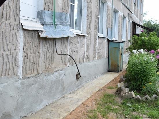 В Оленино по просьбе жителей отремонтировали фундамент дома