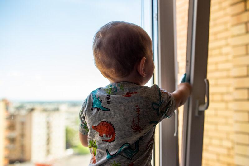 В Тверской области из окна квартиры выпал годовалый ребенок