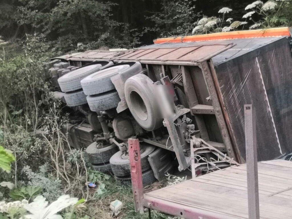 В Тверской области грузовик улетел в кювет