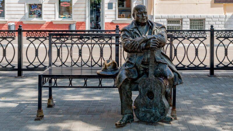 Сын легендарного Михаила Круга побывал в Твери на памятнике отца