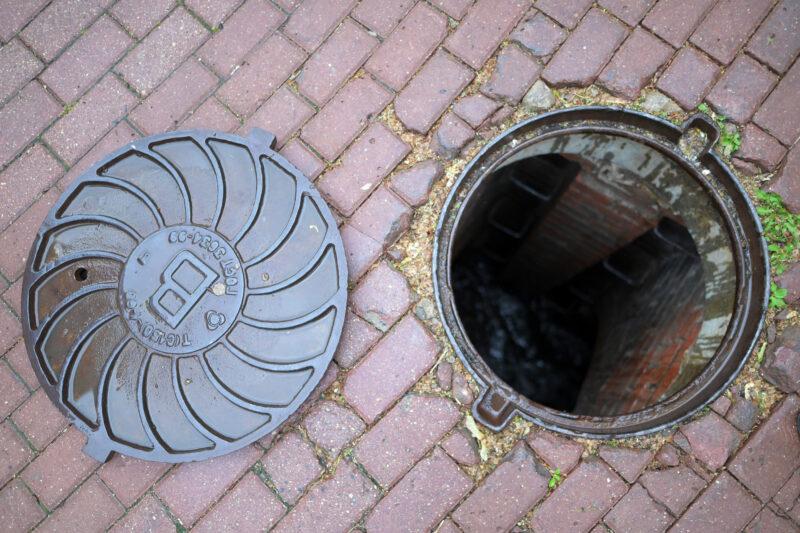 Безработные похитили 11 канализационных люков ради наживы