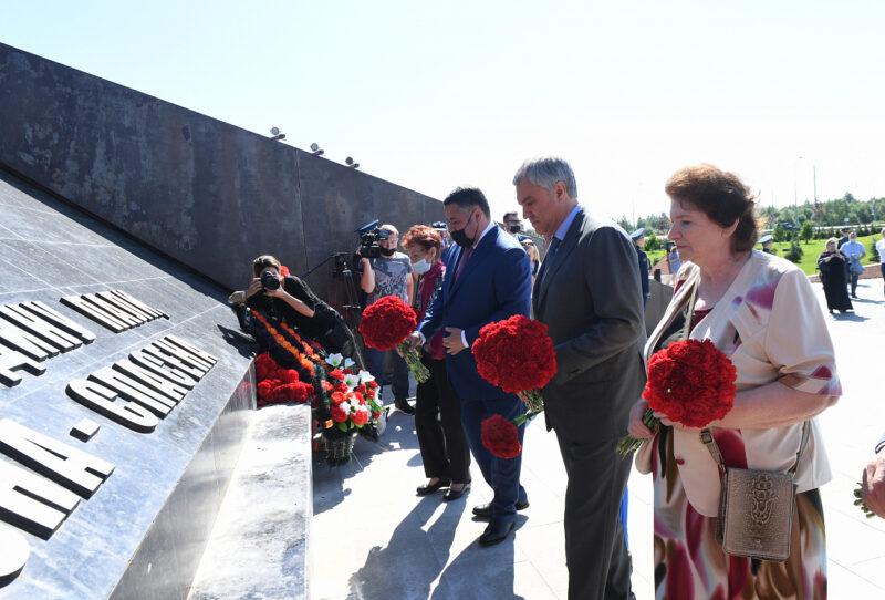 Игорь Руденя, Вячеслав Володин и Владимир Васильев возложили цветы к Ржевскому мемориалу Советскому солдату
