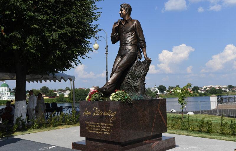 Владимир Путин направил приветствие участникам церемонии открытия памятника Андрею Дементьеву