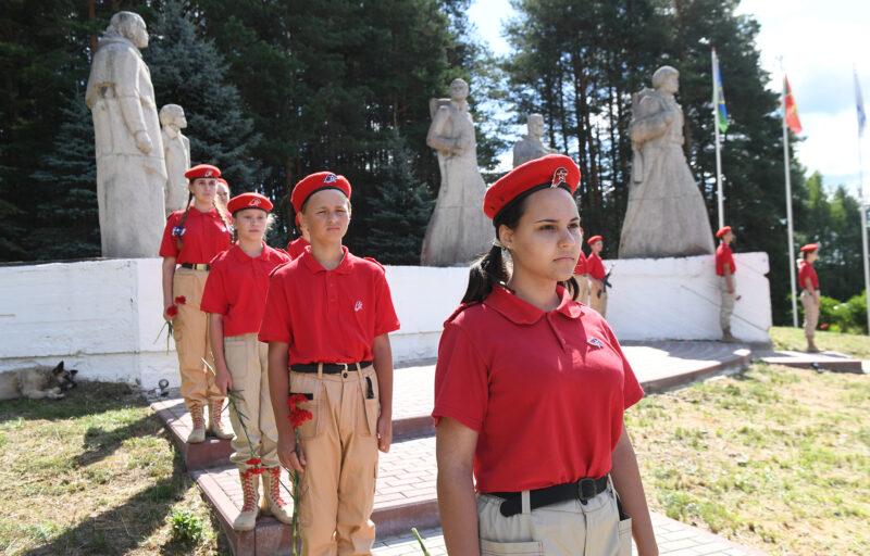 В Максатихе Игорь Руденя возложил цветы  к монументу «Обелиск Славы»