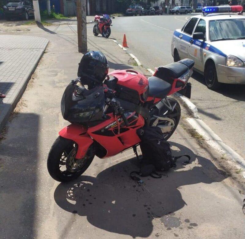 В Твери мотоциклист не справился с управлением и сильно пострадал