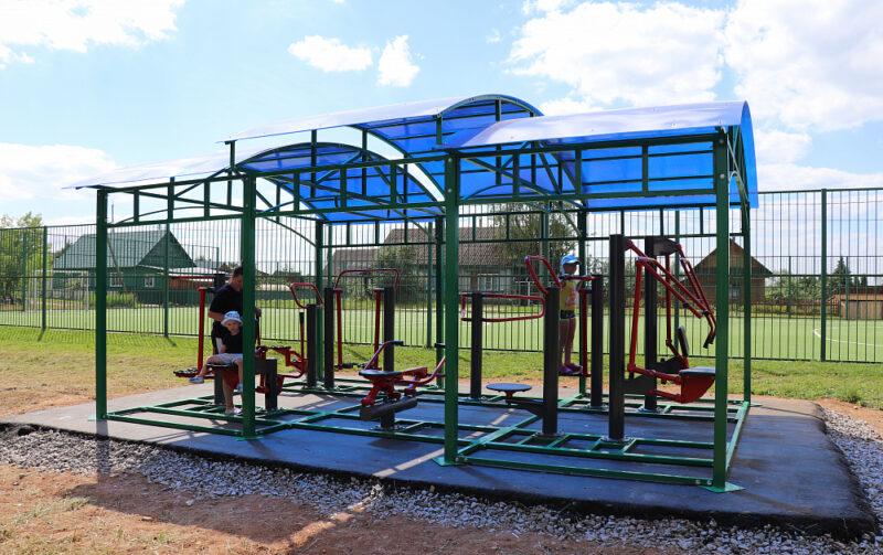 Уличные тренажеры установили в Торопце рядом с футбольным полем