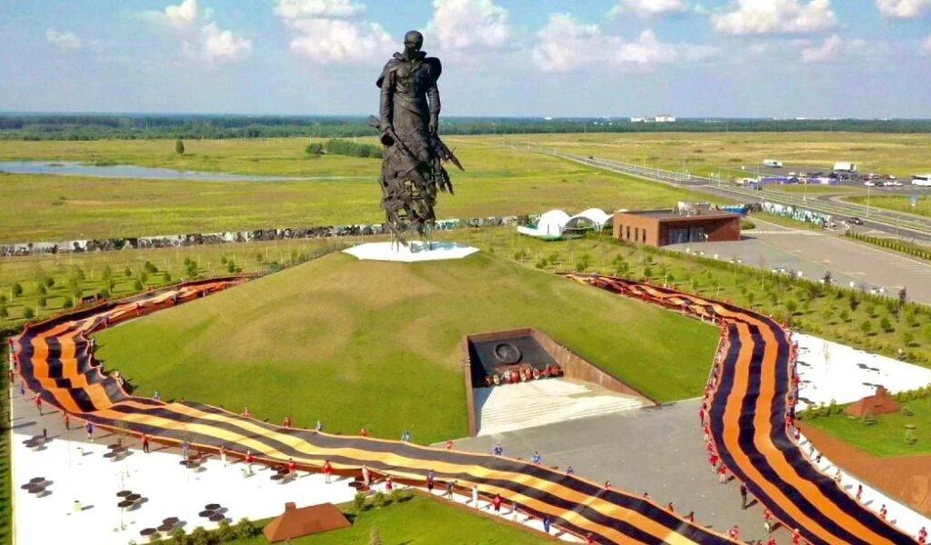 У Ржевского мемориала Советскому солдату развернули самую большую в мире Георгиевскую Ленту