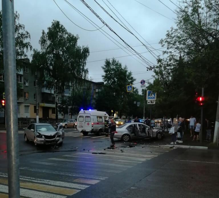 """В Твери водитель """"Mercedes"""" пострадал в ДТП"""