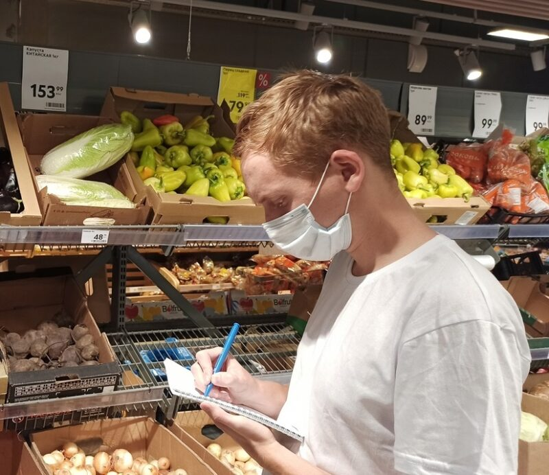 """Активисты партии """"Единая Россия"""" проверяют цены на сезонные товары"""
