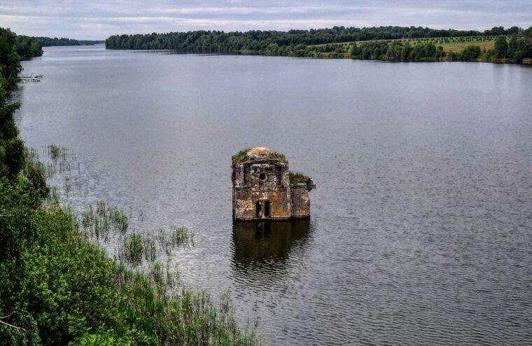 Со дна Вазузского водохранилища «всплыла» старинная часовня