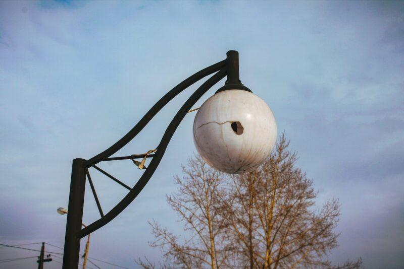 В Тверской области молодой человек разбил фонари из-за злости на девушку