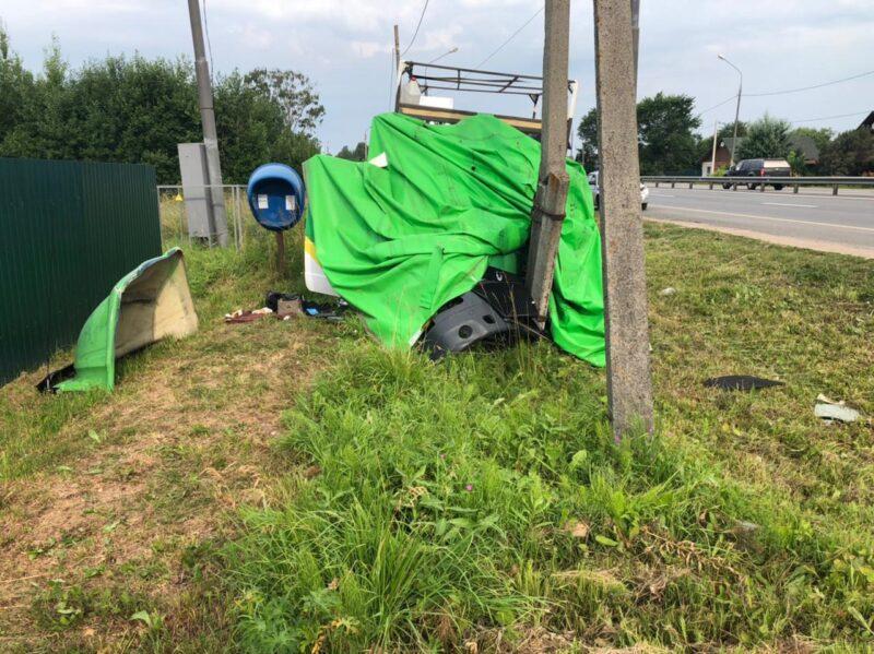 Газель врезалась в столб на трассе М-10 в Тверской области