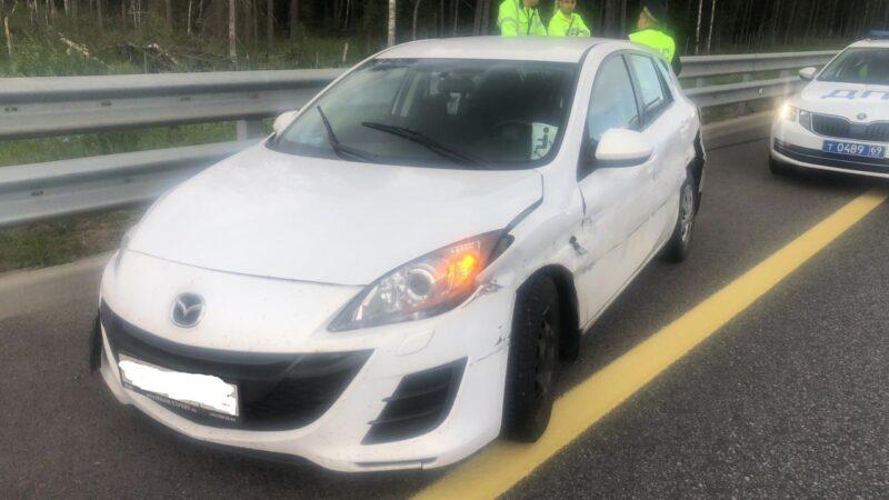 На трассе М-11 в Тверской области иномарка врезалась в металлическое ограждение