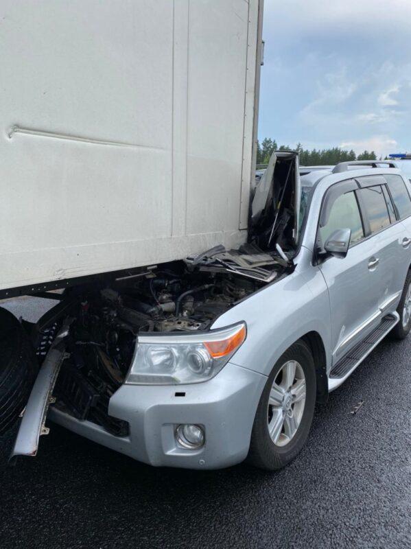 В Тверской области на трассе внедорожник с уснувшим водителем въехал в грузовой автомобиль