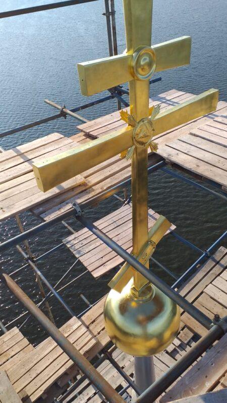 На колокольню Николаевского собора в Калязине установили отреставрированный крест