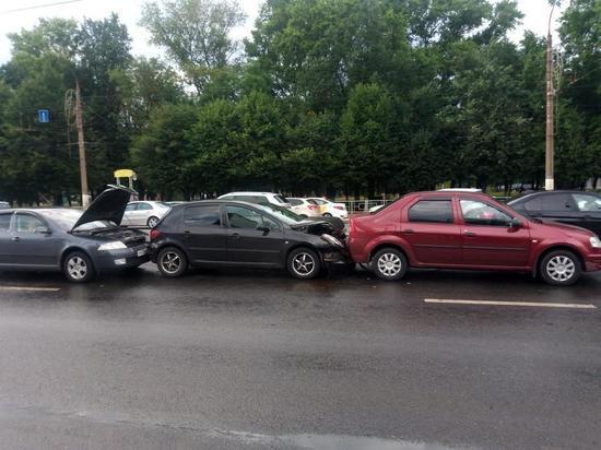В Твери в аварии из четырех машин пострадал водитель