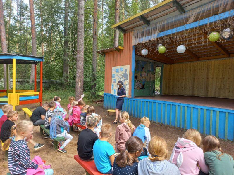 В Тверской области сотрудники Госавтоинспекции проводят занятия в детском лагере