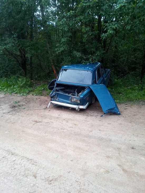 В Тверской области пострадали два человека при наезде автомобиля на дерево
