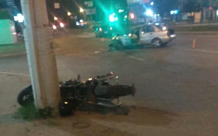 На ночной дороге Твери «встретились» иномарка и мотоцикл