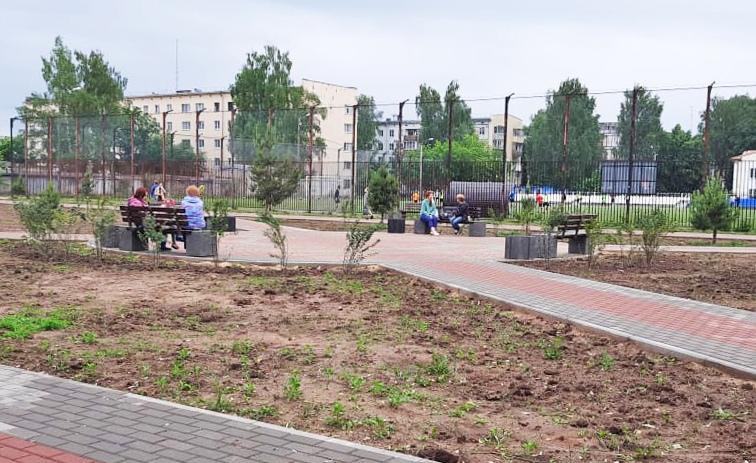 У стадиона «Колизей» в Конаково начали устанавливать новый игровой комплекс для детей