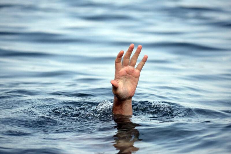Из реки в Тверской области достали тело мужчины