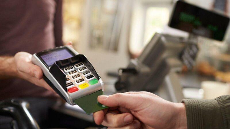 Житель Удомли расплатился в магазине найденной банковской картой