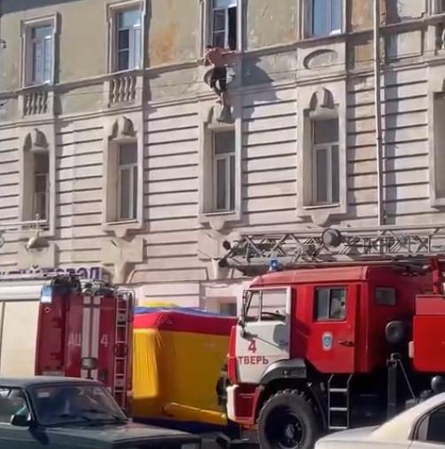 Мужчина в центре Твери висел на окне и был спасен