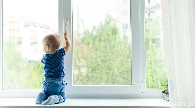 В Тверской области двухлетний мальчик выпал из окна квартиры
