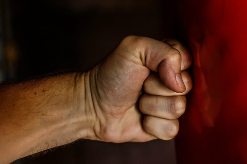 Житель Тверской области избил свою знакомую и забрал деньги