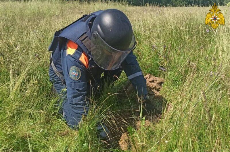 В Оленинском округе саперы уже месяц разминируют огромное поле