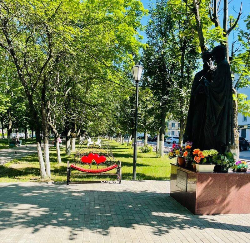 """Скамья """"примирения"""" появилась на одной из улиц города Тверской области"""