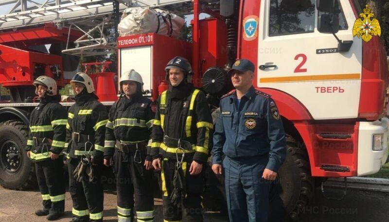 Тверские пожарные спасли мужчину из горящей квартиры