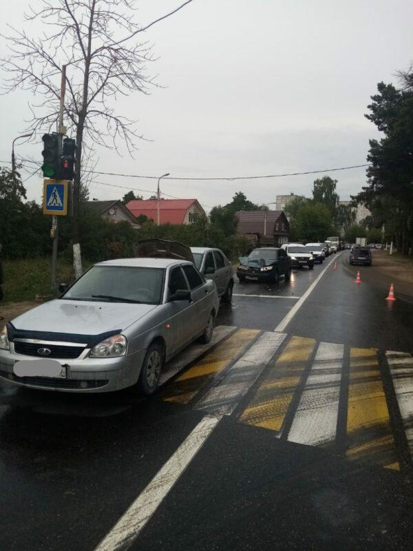 При столкновении трех машин в Твери пострадала молодая девушка.