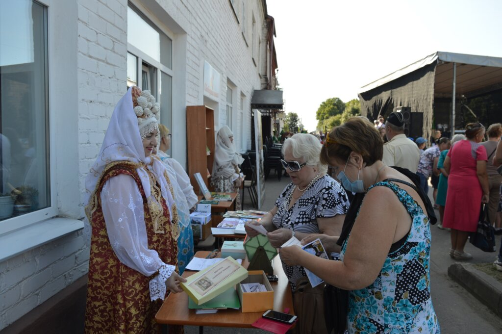 Торопецкая библиотека в День города знакомила горожан с историей