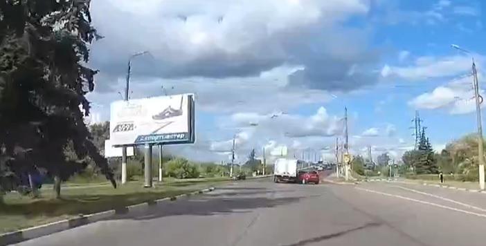 В Твери перед Южным мостом столкнулись кроссовер и грузовик